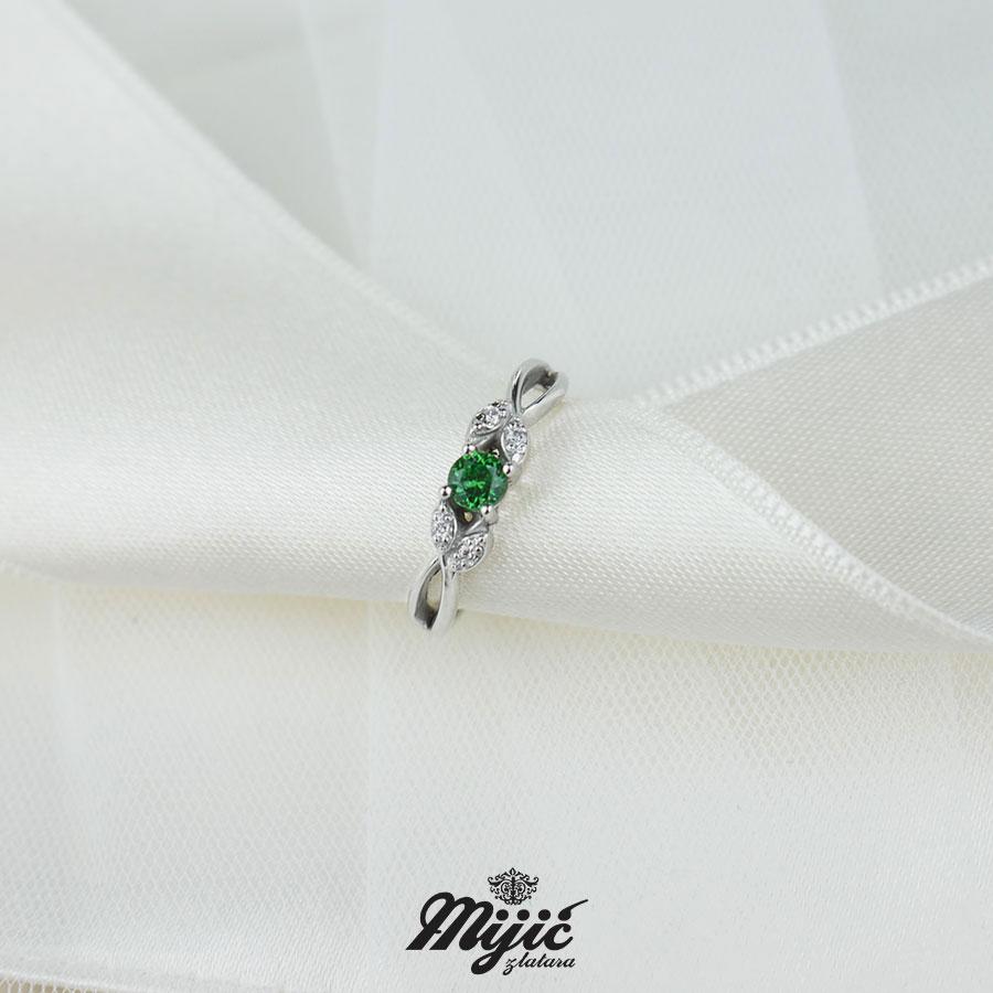 Prsten sa garnetom i dijamantima