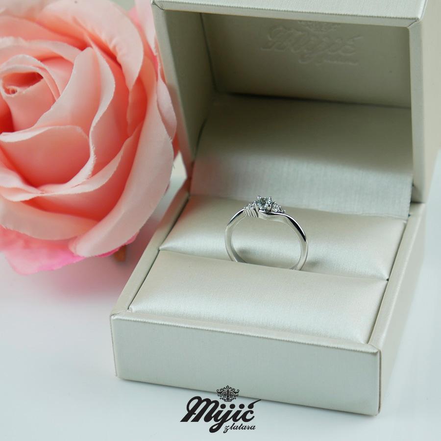 Prsten sa belim topazom
